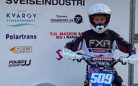 Oda Tøndersen har lagt ut på en lang motocrossturne. Søndag kan du se henne kjøre NM direkte på NRK. Foto: Nina Tøndersen