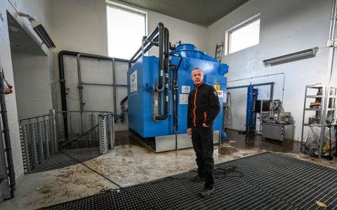 Sivilingeniør Bjørn Ingebrigtsen i MIP Miljøkraft viser fram generatoren inne i Ørtvatn kraftverk. som ble oversvømt av flommen Sally.