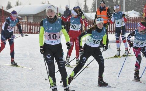Stemte ikke: MjøsSki-jentene hadde håp om medalje på stafetten i Hovedlandsrennet på Veldre Sag, men ble nummer 9. Her ser vi Amalie Storlien (1. etappe) veksle med Marte Holmen Nilssen. Foto: Dorthea Mørkved Glorud