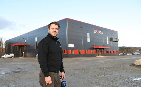 Fornøyd: Carl Ole Foss er driver og eier av Foss Mekaniske Verksted AS. Nå har han tatt med staben og flyttet fra Åsmarka til Rudshøgda. 31-åringen har investert mange millioner kroner.