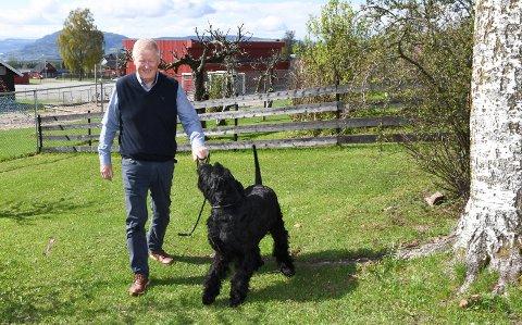 Leder av kennelklubben: Tom Øystein Martinsen i Brumunddal slår fast at det blir feil å konkludere med hvilke hunderase som stod bak tragedien i helga. Dette bildet er tatt ved en tidligere anledning.