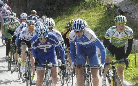 Frederik Engebretsen (i midten) fra Hole var sterk i Riperbakken i fjor, og ble til slutt nummer fem. Søndag kjører han og de andre ringerikingene for seier.