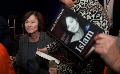 """Hege Storhaug holder foredrag på Høgskolen i Sørøst-Norge (HNS) Hønefoss og signerer boken""""Islam. Den 11. landeplage."""""""