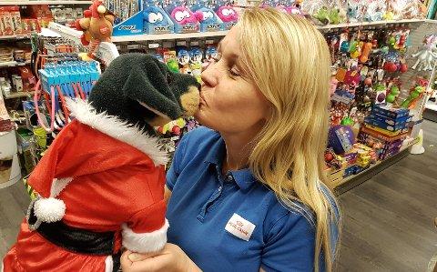 GOD JUL: Anita Spanne i Dyrebutikken selger julenissedrakter, kjoler og andre plagg til kjæledyr som den reneste klesbutikk.