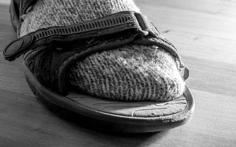 Sokker i sandaler har ofte blitt sett på som harry. Nå er det flere som bruker dette utenfor husets fire vegger.