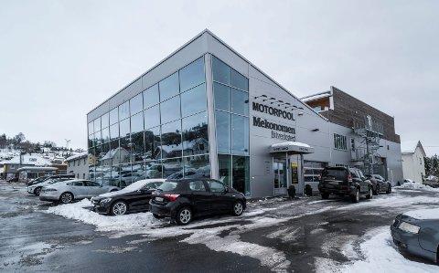 KJØPTE NABOEIENDOM: – Vi trengte flere parkeringsplasser til driften av Motorpool Handel AS, og da endte vi opp med å kjøpe eiendommen som ligger i bakkant av selve bilforretningen, sier Nils Kjetil Tronrud.