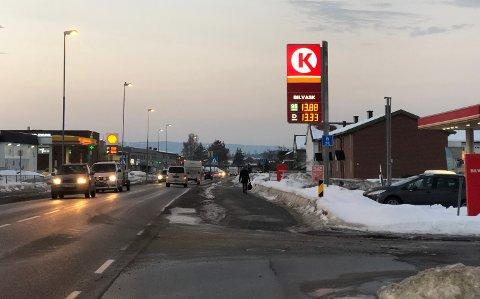 ÅPENT: Både Shell og Circle K i Hønengata holder åpent. Bensinstasjonbransjen lover tilgang på både drivstoff og lading gjennom Korona-krisen. Arkivfoto