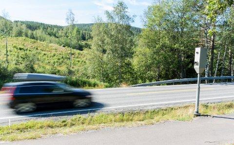 MANGE KJØRER FOR FORT: Ved denne fotoboksen på Veme går det for fort for mange. Nesten 500 har fått forelegg i løpet av årets fire første måneder. Bilen på bildet kjørte neppe for fort i 60-sonen.