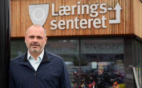 GLAD: Geir Dahl, enhetsleder/rektor ved Læringssenteret for voksne, er glad for å kunne tilby svømmeopplæring til alle elever.
