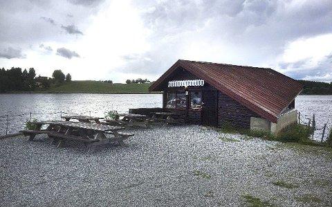 SKJENKESTOPP: Fra kalde øl til Røde Kors ved Elvepuben på Årnes.Foto: Per Stokkebryn