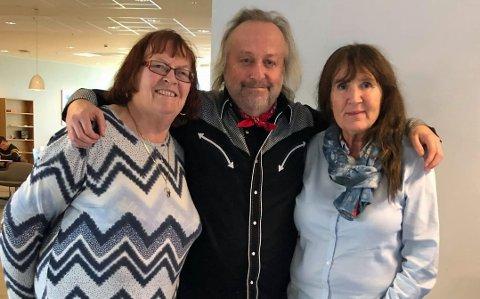 HYGGELIG: Forfatter Levi Henriksen sammen med to fornøyde kursdeltakere, Britt Bareksten (t.v.) fra Strømmen og Ingunn Kleven fra Skjetten.
