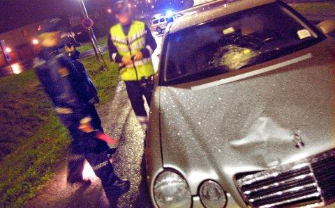 ULYKKESUNDERSØKER: Her er ansatte fra Statens vegvesen ute på befaring etter en ulykke på Romerike. Ulykken og personene på bildet har ingenting med de manipulerte ulykkesrapportene å gjøre.