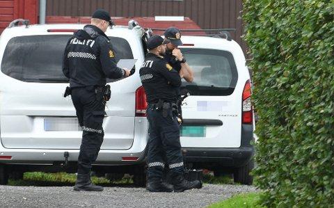 ÅSTED: En mann i 50-årene ble natt til søndag funnet død i en bolig på Fjellhamar. Her jobber politiet på stedet.