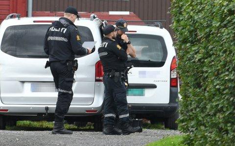 DRAP: Politiet rykket ut med store styrker til eiendommen hvor en litauisk mann i 50-årene ble drept 1. august.
