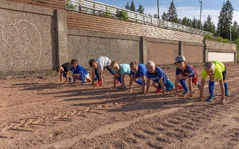 KLARE TIL DYST: Julian, Samuel, Zakaria, Aksel, Domantas, Mikkel, Simen og Eirik tester startgropa før lørdagens aktivitetsdag.
