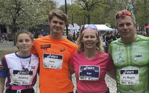 40 LØP: Johanna Tveitane, Vetle Tveitane, Kari Kleven og Per Magne Tveitane har til sammen løpt 40 Sentrumsløp, hvorav Per Magne har løpet halvparten av dem. Foto: Privat
