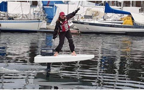 FLYR: Christine Tybring-Torsk flyr igjen. Denne gang på et motorisert isoporflak.