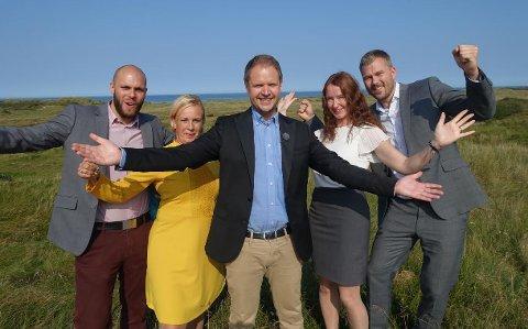 Sammen med programleder Frode Søreide (i modten) skal Jonas Madsen (f.v.) og Anette Vindum fra Sandefjord tippe boligpriser i Danmark. Til høyre er laget fra Jessheim.