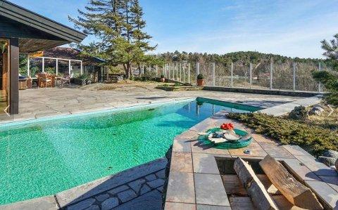 BASSENG: Eiendommen har utendørs basseng og stor terrasse.