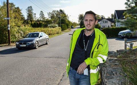 TRANGT: Phillip Longva Karlsen i Årøveien ved tettbebyggelsen rundt Helgerød idrettsplass. Her er det trangt, og inngrep i eiendommene er uunngåelig.