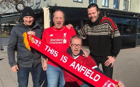 VELKOMMEN: Disse glade guttene presenterer fotballegenden fra Liverpool Robbie Fowler på James Clark. Fra venstre: Jahn-Sigve Andersen (History of Legends), Trond Abrahamsen (Liverbirds-Sandefjord), Andre Kristiansen (Liverbirds-Sandefjord) og Tom Andre Tveitan (James Clark).