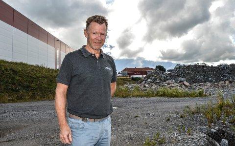AMUNDRØD: Den nye næringsparken ligger sør for Bergene Holm. – Her har vi investert 40 millioner kroner, forteller eiendomssjef Morten Riis-Gjertsen. I bakgrunnen Skeidar Møbler.