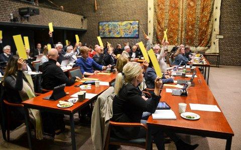 DEN GANG DA: I september 2019, et halvår før koronapandemien kom til Norge, var det normal møteaktivitet i politiske organer, her kommunestyret i Sandefjord. På bordene til representantene er det både mat og drikke.