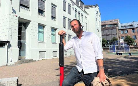 VIL BYGGE: Thore Sebastian Nielsen (uavh.) mener flere av de gamle skolene i Sandefjord, som Byskolen i bakgrunnen, er for dårlige for barna. Han vil ha fortgang i byggingen av nye skoler.