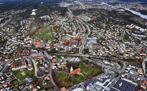 «Vil virkelig Fredrikstad ha en «jernbane-E6» for gods gjennom byen? Forstår man omfanget av et stort antall tog, støy og vibrasjoner gjennom store boligområder?» skriver Ståle Solberg, styremedlem i Aksjon Rett Linje, i dette innlegget. Dette bildet viser Fredrikstad sentrum. (Foto: Jarl M. Andersen)
