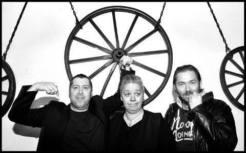 Sommershow: Det er foreløpig ganske grått i bakgården på Dickens, men Jonas Groth (til venstre), Desirée Ulvestad-Grandahl og Stian Joneid lover høy feelgood-faktor i showet «Skandinavisk sommer på Dickens», som har premiere 23. juni.