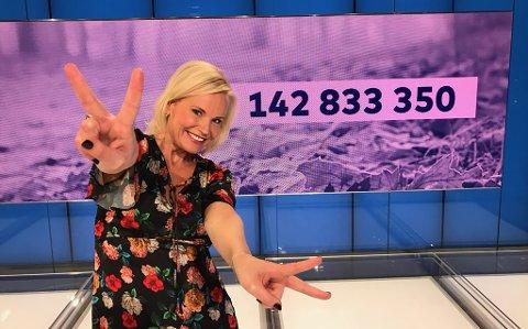 Programleder for Vikinglotto, Ingeborg Myhre, kunne onsdag dele ut førstepremien til to personer.