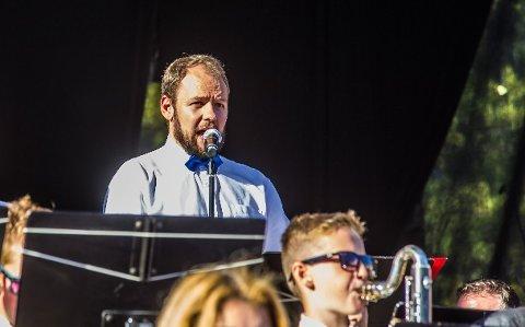 PÅ SANG: Christopher Skauen Pedersen er blant de som bidrar på konsertene i Ullerøy og Ingedal kirke. Her fra fremføringen av jubileumskantaten på torget i 2016.