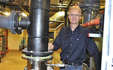 KONTROLL: Jan Willy Birkelund kjenner Østfoldbadet bedre enn de aller fleste. I kjelleren holder han kontroll på de mange apparatene som sørger for rent badevann. Her er han ved et UV-rensesystem.