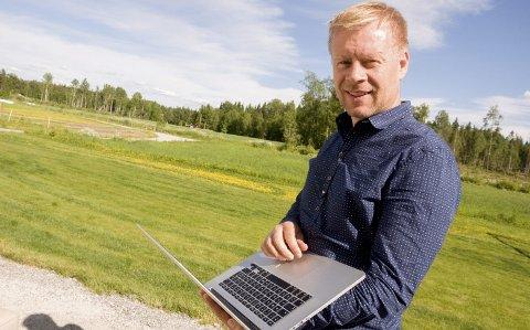 PÅDRIVER: Lars Erik Erøy bor midt på tjukke bygda i Hærland og vet alt om dårlige nettforhold.