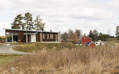 PÅ BYGDA: Dette er huset til Lars Oscar Sæther. Nytt og moderne, men beliggende midt ute på bondebygda i Stiklekroken, 12 kilometer sør for Ørje.