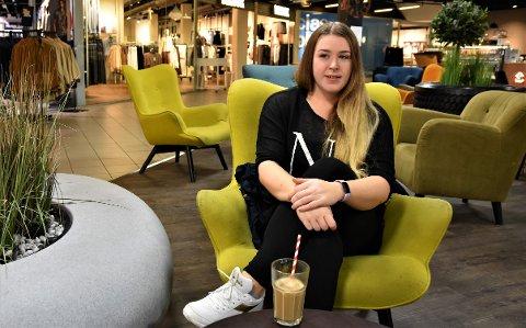 JOBBSØKER: Mari Gudbrandsplass fant ut da hun jobbet i postavdelingen på en daværende Rimi-butikk at hun liker å sette ting i system – og at derfor var yrket som regnskapsfører en god match med hennes personlighet.