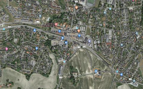 TRAFIKKUHELL: Hendelsen har skjedd i Spydeberg sentrum, i krysset der Heliveien møter Osloveien.