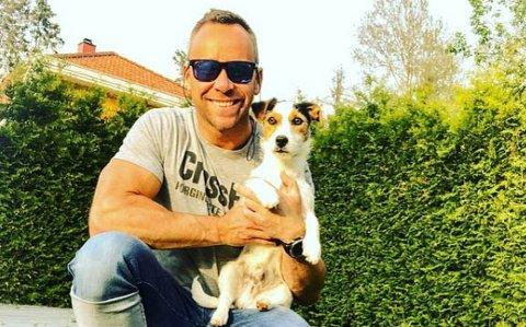 UFATTELIG TRIST: Kenneth Frøland ble vitne til en påkjørsel av en hund. Han håper tilfellet fører til at folk passer bedre på dyra sine fremover.