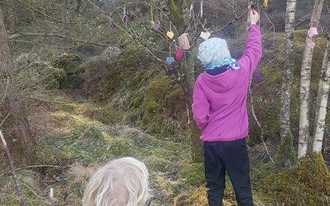 HANG OPP HJERTER: Katrine Mæland sine barn hang opp tre hjerter i treet på vei til Tøyevågen. Hjertene var strikket av mormor Anny.