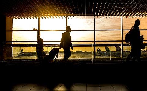 FLY ER FY: Det skal vurderes hvordan ansatte i Strand kommune kan unngå å reise med fly i jobbsammenheng.