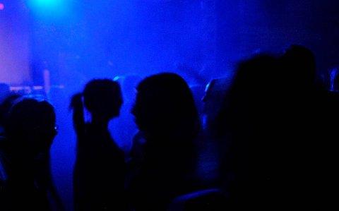 DISKOTEK: Flere hundre mennesker danset til heftige diskotekrytmer.