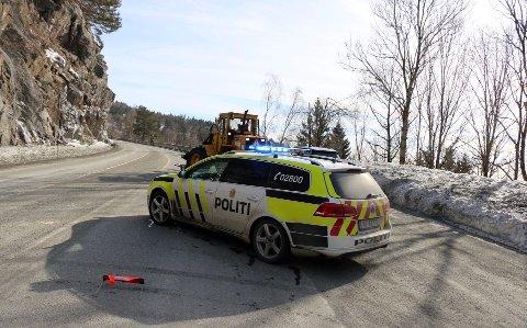 Litt før klokka 15.30 var politiet på stedet og sperret av veien.