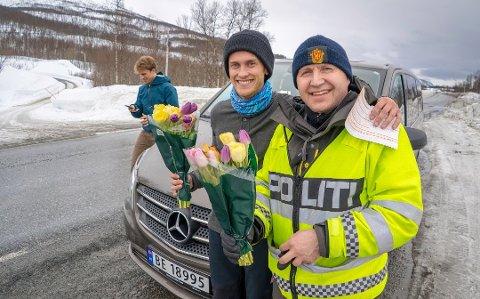 Jostein Birkeland ga blomster til politiførstebetjent Rune Teigen Badar, til tross for at Birkeland fikk 3.800 kroner i bot noen minutter tidligere. Foto: Eskil Mehren
