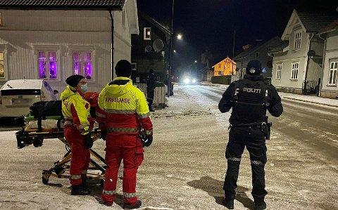 ER INNE I LEILIGHETEN: Bombegruppen er inne i den aktuelle leiligheten, hvor gjenstanden befinner seg. Foto: Theo Aasland Valen