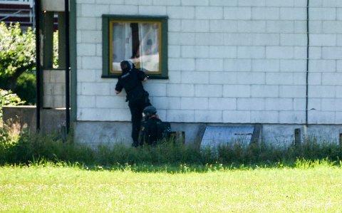 VÆPNET AKSJON: Minst 10 bevæpnede politimenn, rundt 10 uniformerte politibiler og et politihelikopter i luften, satte Seljord på hodet torsdag formiddag.
