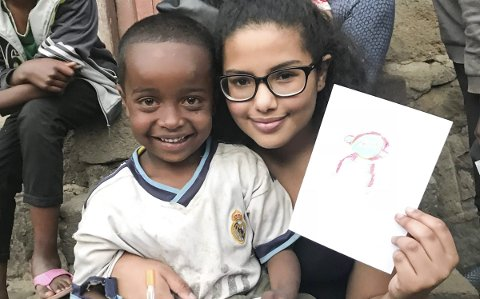 Tegnet: Her er Aya sammen med Abokar, de møttes da Aya var på besøk i slummen, og det ble både lek og tegning. Smilet til Abokar viste stor glede for besøket.