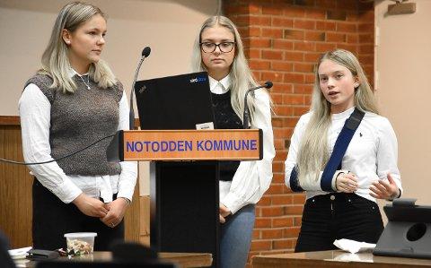 PÅ TALERSTOLEN: Da ungdomsrådet fikk ordet foran politikerne, hadde de mye på hjertet. Linnea Kaste, Guro Løkka Støa og Ane Amalie Elvethon la ikke skjul på hva de unge mener er bra og dårlig i Notodden.
