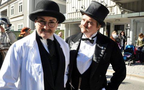 UTSETTES: Solfesten på Rjukan utsettes. Her fra 2016 da ordfører Gry Fuglestveit (t.v.) og daværende varaordfører Åslaug Sem Jacobsen var utkledd som Birkeland og Eyde anno 1905.