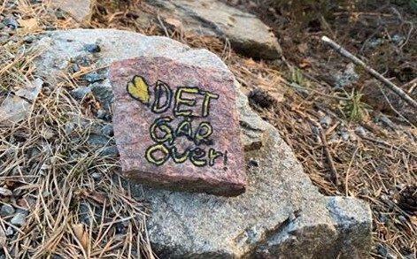 VIKTIG BUDSKAP: 6.klassingene på Tveiten skole har lagt ut steiner rundt om på Notodden.