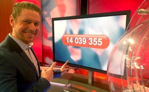 Det ble over 14 millioner kroner til én heldig Lotto-spiller fra Møre og Romsdal, konstaterer programleder Reidar Buskenes, også han nordmøring. Foto: Atle Onsrud Jens